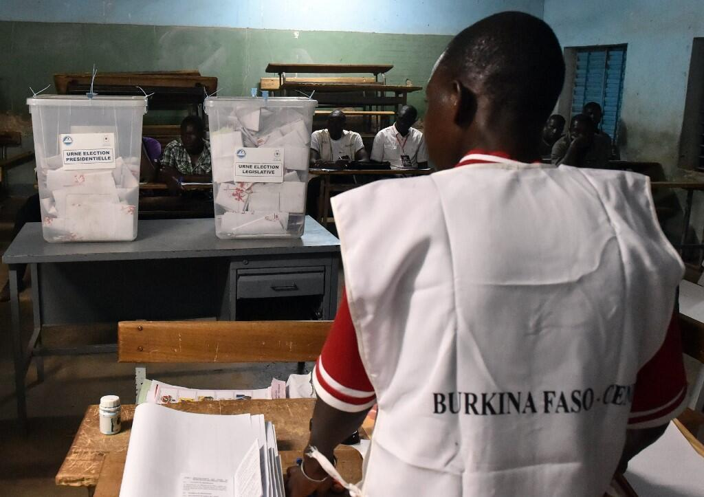 Un agent électoral burkinabè, lors de l'élection présidentielle de novembre 2015, à Ouagadougou.