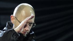 Arseni Iatseniuk deixa o cargo após dissolução da coalizão do governo.