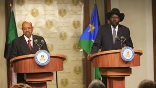 Le président du Soudan du Sud Salva Kiir avec son homologue soudanais Omar el-Béchir ce 6 janvier à Juba.