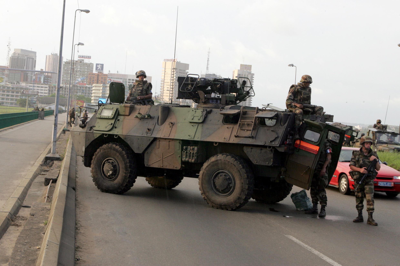Des soldats français de l'opération Licorne sur le pont de Gaulle à Abidjan le 7 novembre 2004.