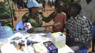 Des médecins de la Minuss (Mission des Nations unies), le 19 décembre 2013 à Juba, soignent des personnes déplacées par les combats.