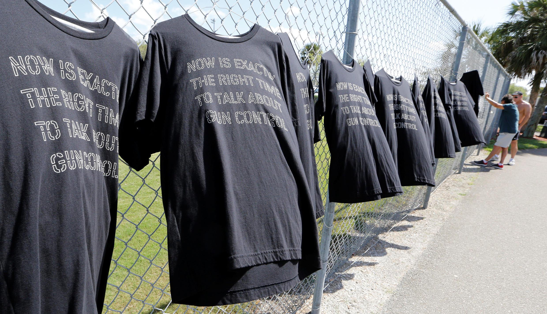 "Camisetas enfileiradas nas grades da escola Stoneman Douglas, nos EUA: ""agora é a hora exata para discutirmos o controle de armas""."