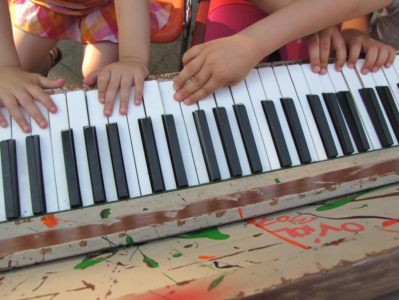 Дети играют в сквере перед мэрией 11-го округа