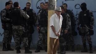 Paz pela guerra: policiais durante instalação de UPP na favela da Vila Kennedy