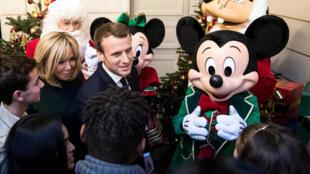 Tổng thống Pháp Emmanuel Macron và phu nhân Brigitte tiếp khách mời nhí tại điện Elysée nhân dịp Giáng Sinh. Ảnh chụp ngày 13/12/2017.