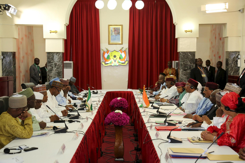 Les équipes du présidents nigérian et de son homologue nigérien lors de leur rencontre à Niamey, le 3 juin 2015.