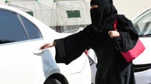 En Arabie saoudite, les femmes ont le droit de vote, mais il leur est toujours interdit de conduire une voiture.