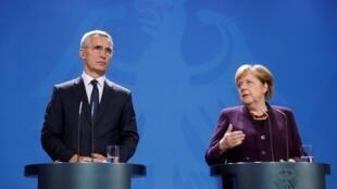 Tổng thư ký khối NATO Jens Stoltenberg (T) và thủ tướng Đức, Angela Merkel trong buổi họp báo tại Berlin, Đức, 07/11/2019.