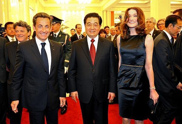 Tổng thống Pháp Nicolas Sarkozy (T) cùng phu nhân (P) đón tiếp trọng thị chủ tịch Trung Quốc Hồ Cẩm Đào, Paris, 28/04/2010