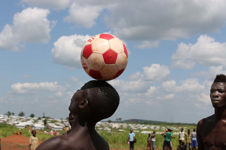 Ce réfugié du camp de Mole jongle avec sa tête avec le ballon du Club RFI.