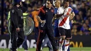 El jugador Leonardo Ponzio de River Plate abandona el campo de juego, el 14 de mayo de 2015 en Buenos Aires.