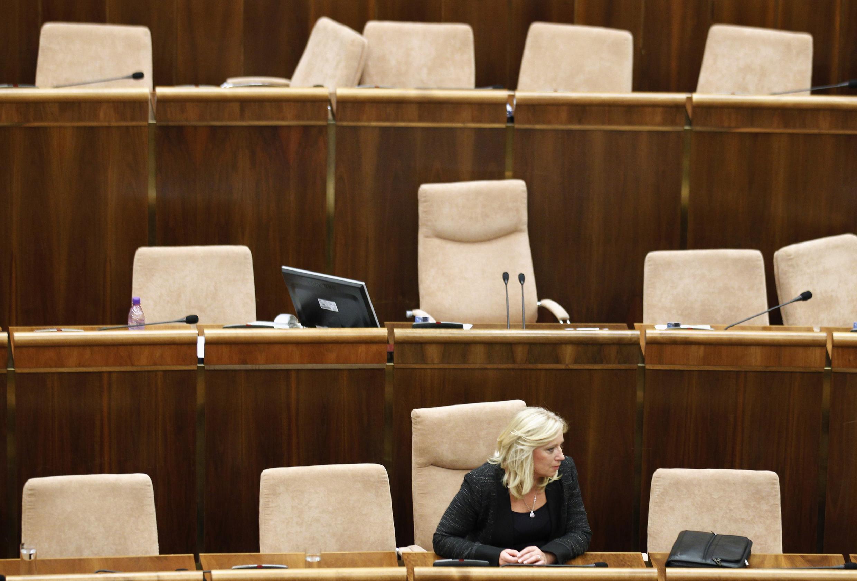 A primeira-ministra eslovaca, Iveta  Radicova, durante sessão no Parlamento nesta quinta-feira.