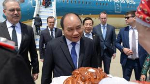 Fira Ministan Vietnam Nguyen Xuan Phuc yayin da yake kallon curin burodi a wani gasan baje kolin burodi da akayi kwanan baya.