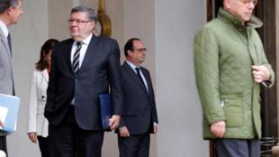 Le président François Hollande devant l'Elysée, le 1 juin 2016.