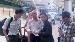 Tiến sĩ Phạm Chí Dũng (trái) và người thân tại phi trường (DR)
