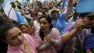 Los guatemaltecos celebran la decisión del Congreso de retirar la inmunidad a Otto Pérez.