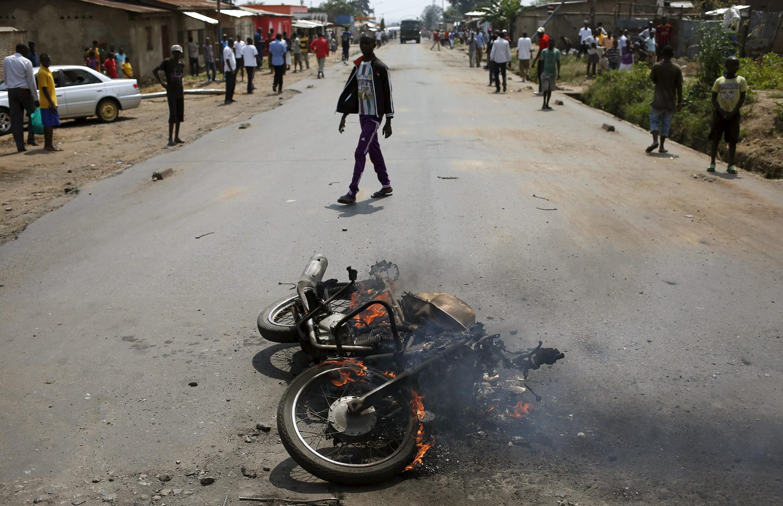 Un moto brûlée par les opposants à un possible troisième mandat de Pierre Nkurunziza, Bujumbura, le 30 mai 2015.