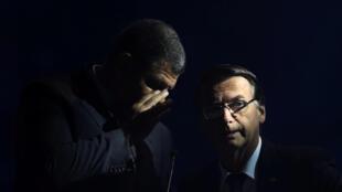 Le candidat d'extrême-droite à la présidentielle Jair Bolsonaro reçoit des conseils de ses conseillers avant le premier débat télévisé pour la chaîne Bandeirantes, à São Paulo, le 9 août 2018.