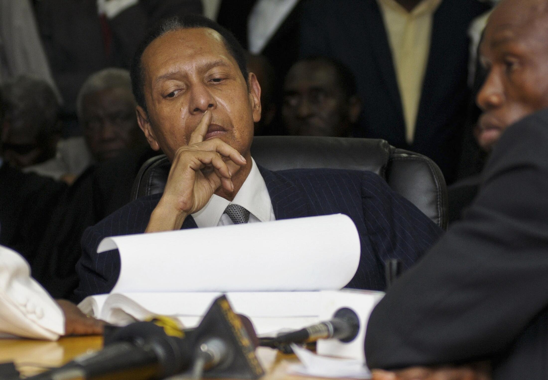 Jean-Claude Duvalier écoute l'énoncé des charges retenues contre lui au tribunal de Port-au-Prince, le 28 février 2013.
