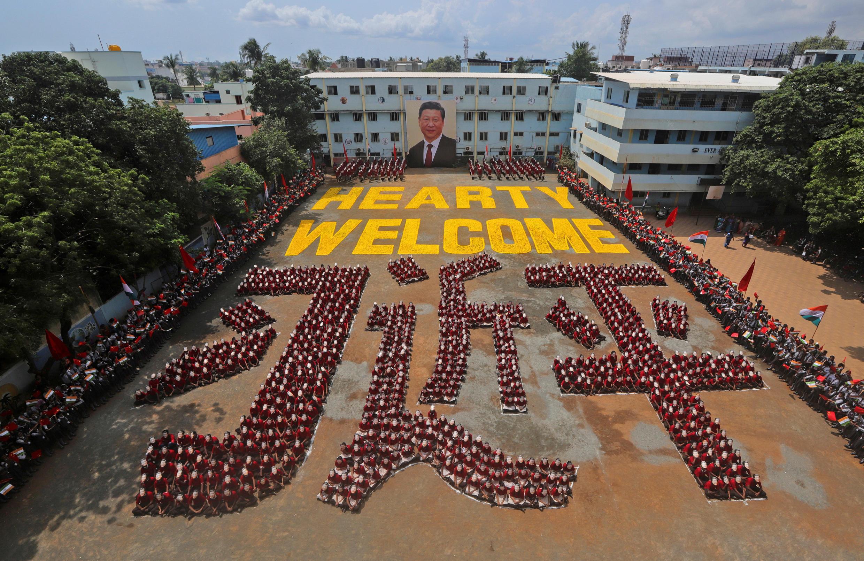 圖為印度總理莫迪以兩千人戴習近平面具拼歡迎字樣迎接習近平到訪