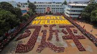 图为印度总理莫迪以两千人戴习近平面具拼欢迎字样迎接习近平到访