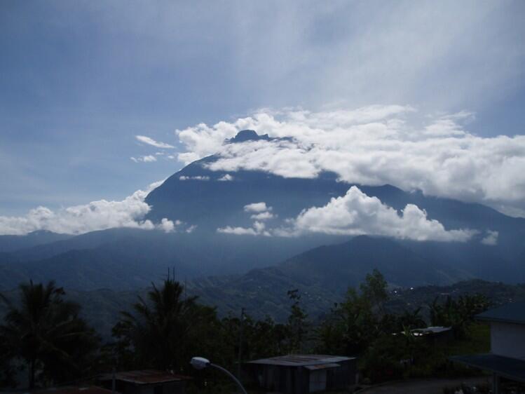 O monte Kinabalu, onde os alpinistas ficaram presos por 18 horas