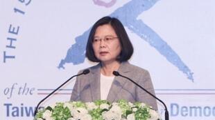 總統蔡英文(圖)2018年6月25日出席台灣民主基金會慶祝成立15週年活動開幕典禮,並應邀上台致詞。