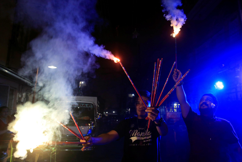 Habitantes em Manila soltam fogos de artifício para comemorar Ano Novo