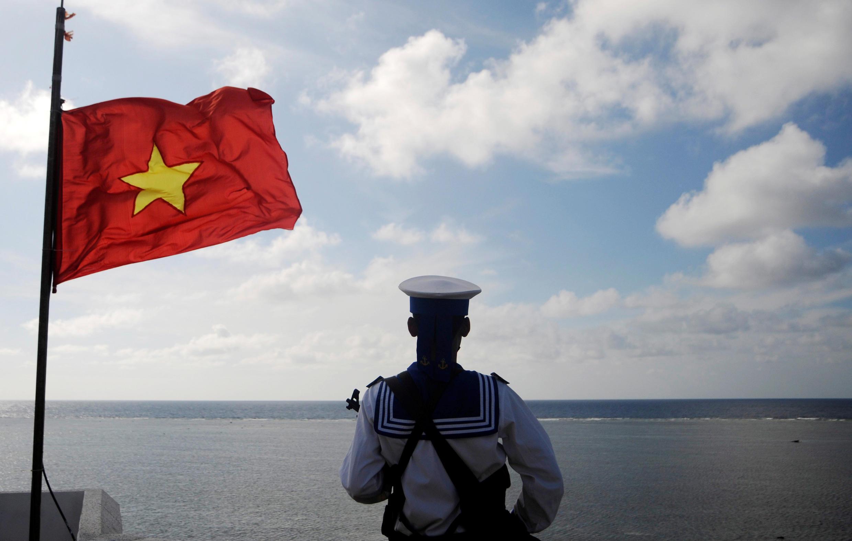 Một người lính Hải Quân Việt Nam canh gác trên đá Thuyền Chài, thuộc quần đảo Trường Sa, ngày 17/01/2013.