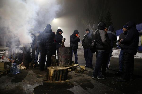 Des dizaines de mineurs bloquent l'entrée de leur mine de l'Est de l'Ukraine pour récupérer des mois de salaires impayés. Novogrodivka (région de Donetsk), le 17 février 2018.