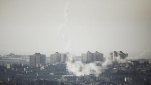 Imagem Os bombardeios entre militantes palestinos e exército israelense ocorridos neste final de semana, persistem nesta segunda-feira, na Faixa de Gaza e sul de Israel.