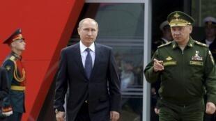 Le président Vladimir Poutine accompagné par le général Sergueï Choïgou, lors de son arrivée au salon miltaire «Armée-2015». Koubinka, le 16 juin 2015.