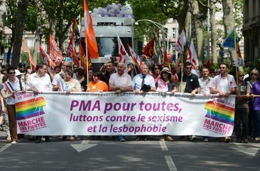 """""""PMA para todas. Lutemos contra o sexismo e a lesbofobia"""", diz faixa exibida durante a Gay Pride de Lyon, no leste da França.15/06/13"""