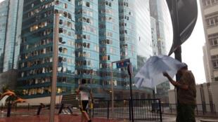 """آسیبهای واردآمده به یکی از برجهای تجارتی هنگکنگ، در اثر طوفان """"منگهوت""""."""