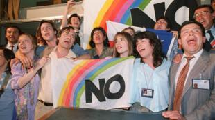 Chilenos celebran la victoria del NO en el plebiscito, el 6 de octubre de 1988.