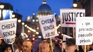 Một cuộc biểu tình chống linh mục ấu dâm tại Vatican. Ảnh chụp ngày 31/10/2010.