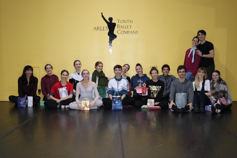 Bailarinos e equipe da Arles Youth Ballet Company.
