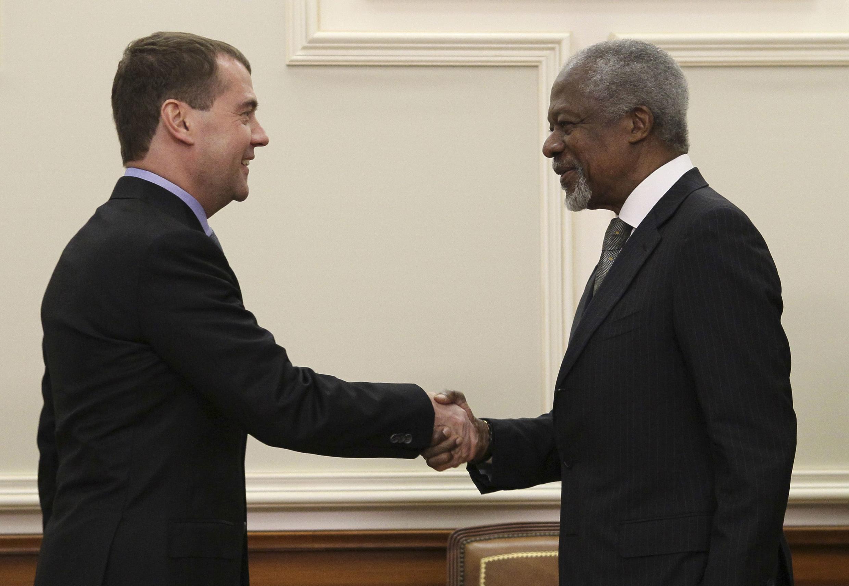 O presidente russo Dmitri Medvedev (e) e o representante das Nações Unidas, Kofi Annan, durante encontro em Moscou neste domingo.