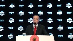 O presidente da Turquia, Tayyip Erdogan, fala no Fórum Mundial TRT em Istambul, Turquia, em 21 de outubro de 2019.