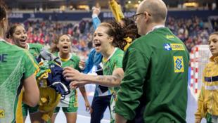 Seleção brasileira comemora vitória contra a Hungria nas quartas.