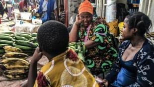 Rewɓe yeeyooɓe e jeere Goma, fuɗnaage RDC,  25 lewru nayaɓuru 2020.
