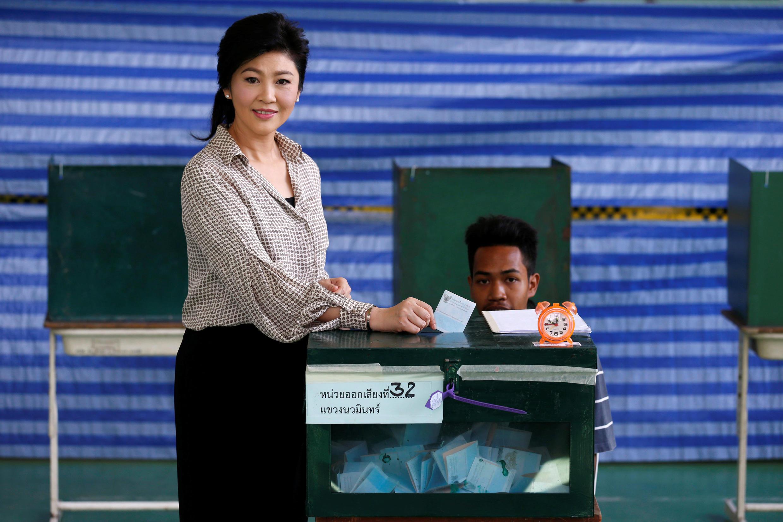 Cựu thủ tướng Thái Lan Yingluck Shinawatra đi bỏ phiếu trong cuộc trưng cầu dân ý về dự thảo Hiến Pháp, Bangkok, ngày 07/08/2016