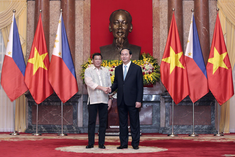 Chủ tịch Việt Nam Trần Đại Quang ( phải) đón tổng thống Philippines Rodrigo Duterte tại phủ chủ tịch, Hà Nội trước khi hội đàm ngày 29/09/2016.