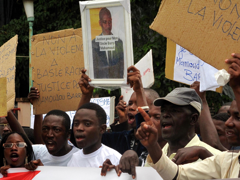 Rassemblement devant l'ambassade de France à Conakry pour réclamer la justice après l'agression mortelle contre Mamadou Barry à Rouen.