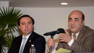 Tomás Zerón de Lucio,  directeur du Bureau d'enquête pénale et le chef de la PGR, Jesús Murillo Karam lors de la conférence de presse où ils confirment avoir «sauvé» 500 mineurs séquestrés dans un foyer à Zamora dans l'Etat du Michoacán.