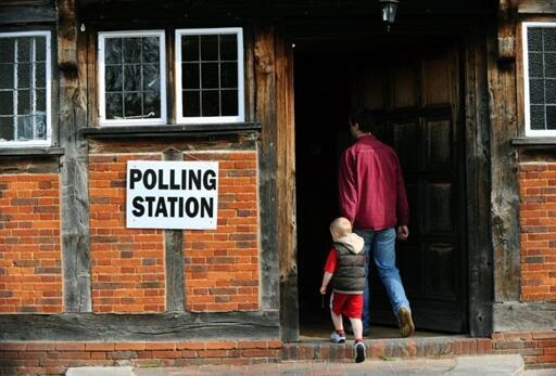 A l'entrée d'un bureau de vote à Fleet dans le sud de l'Angleterre, le 6 mai 2010.
