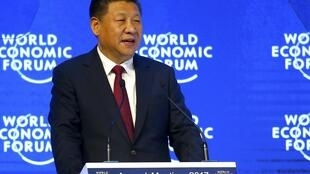 图为中国国家主席习近平在达沃斯世界经济论坛演讲