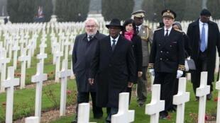 Le président malien IBK et le secrétaire d'Etat aux Anciens combattants, Jean-Marc Todeschini, à Douaumont, le 22 octobre 2015.