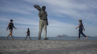 La statue du musicien et compositeur brésilien Antônio Carlos Jobim sur la promenade de la plage d'Arpoador dans l'État de Rio de Janeiro, au Brésil, le 22 mai 2020.