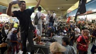 Manifestantes protestam dentro da estação Central do Brasil, no Rio de Janeiro, nesta quinta-feira (06).
